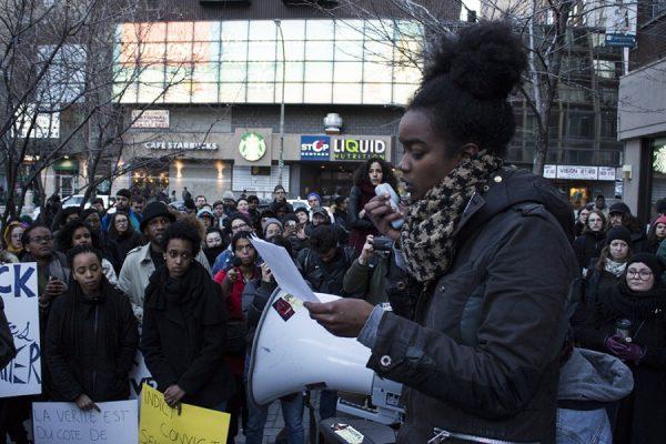 une jeune personne noir parle dans un megaphone a une manifestation de Black Lives Matter