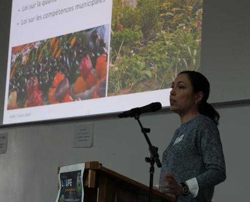 Julie Tellier prend la parole devant les participants.